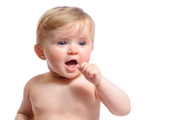 Menina recém-nascida encontra-se de bruços em roupas de bebê rosa e chorando. foto de retrato de criança em fundo claro