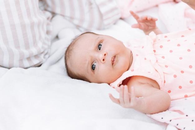 Menina recém-nascida na grama do parque ao ar livre