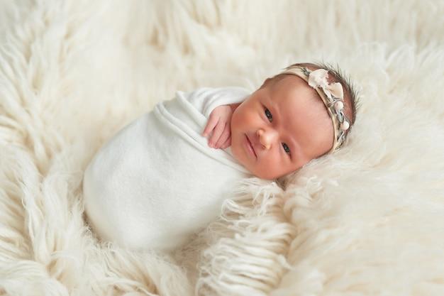 Menina recém-nascida, sobre um fundo claro