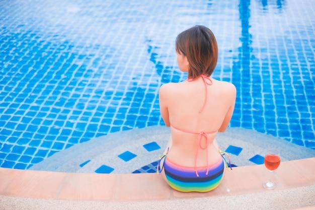 Menina, relaxante, em, a, pool., asiático, jovem, femininas, pessoa, desfrutando, em, piscina, spa