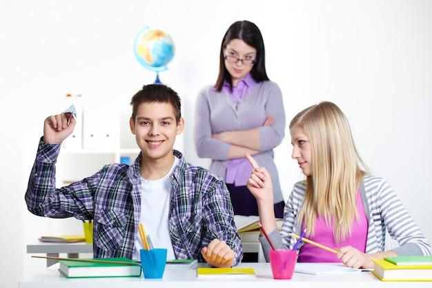 Menina repreendendo seu colega de classe