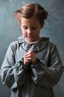 Menina reza a deus