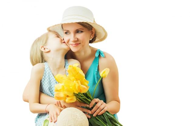 Menina rindo alegremente abraçando sua mãe