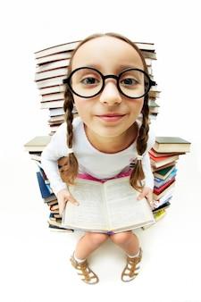 Menina rodeado por livros