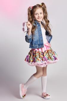 Menina ruiva de moda em uma roupa de festa posando
