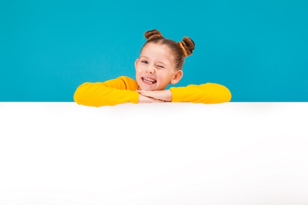 Menina ruivo pequeno bonito no pulôver amarelo