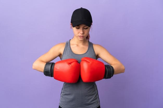 Menina russa adolescente em roxo com luvas de boxe