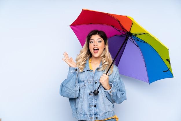 Menina russa adolescente segurando um guarda-chuva