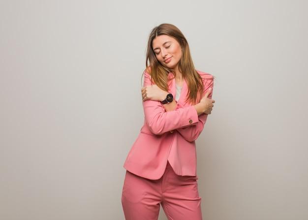 Menina russa de negócios jovem dando um abraço