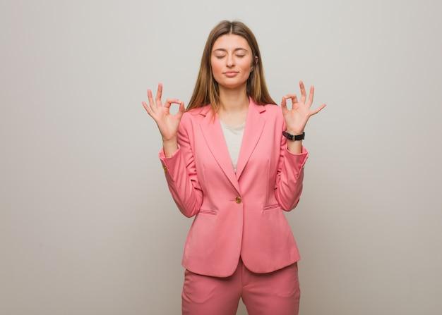 Menina russa de negócios jovem realizando ioga