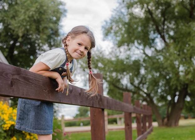 Menina russa travessa passa férias de verão na vila.