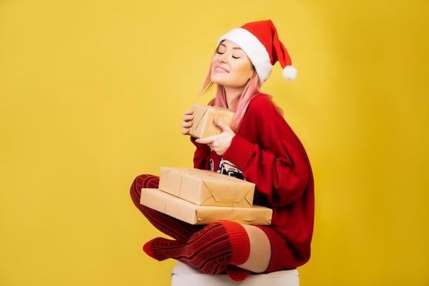 Menina satisfeita com roupa de papai noel vermelho