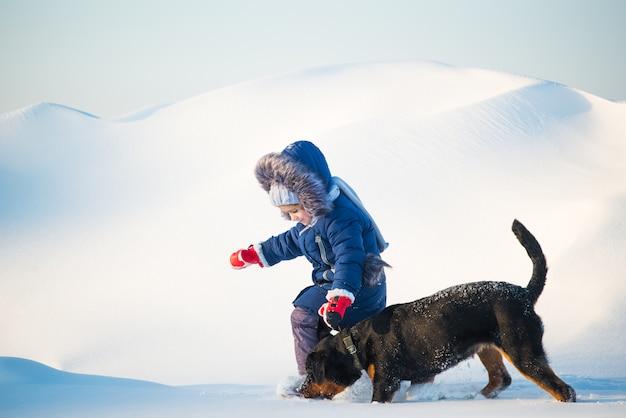 Menina saudável ativa feliz corre com seu cachorro