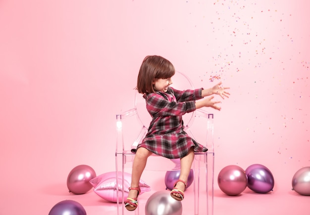 Menina se divertindo com confete. conceito de festa e diversão.