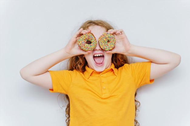 Menina se divertindo com os olhos donuts.