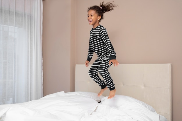 Menina se divertindo em casa Foto gratuita