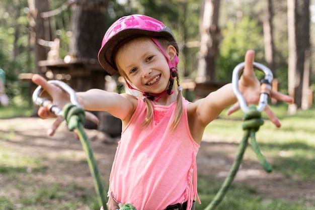 Menina se divertindo em um parque de aventura