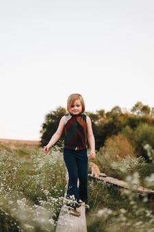 Menina se divertindo em uma fazenda
