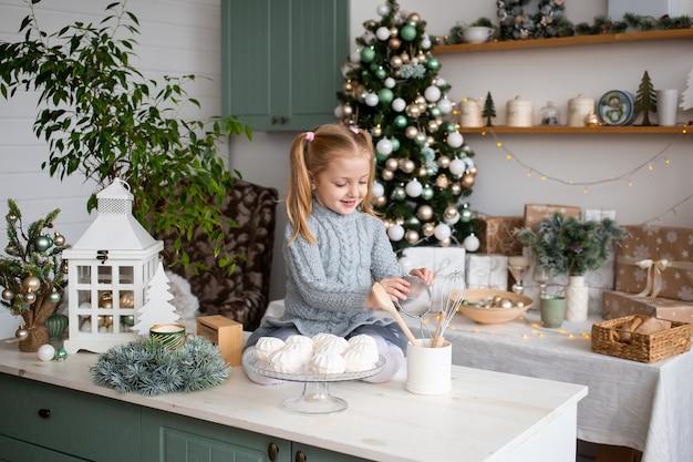 Menina se divertindo na cozinha em casa