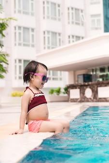 Menina se divertindo na piscina. férias de verão e conceito de férias