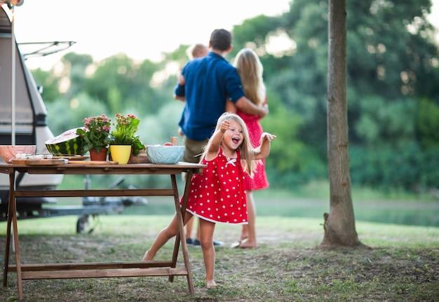 Menina se divertindo no piquenique em família
