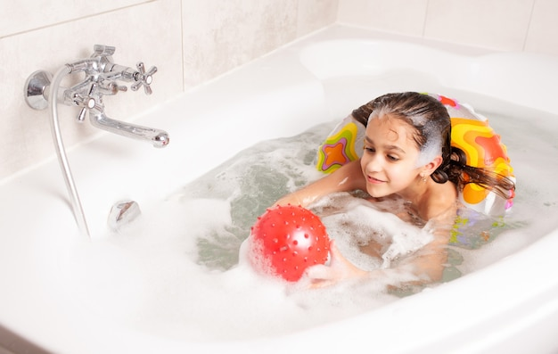 Menina se divertir na banheira