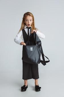 Menina se preparando para a escola depois de uma longa pausa de verão