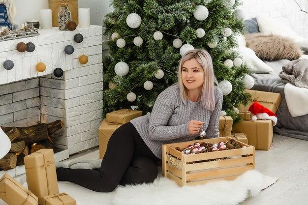 Menina se preparando para o natal