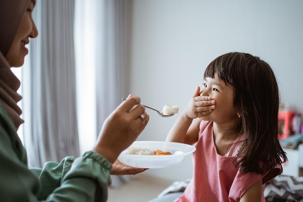 Menina se recusando a comer