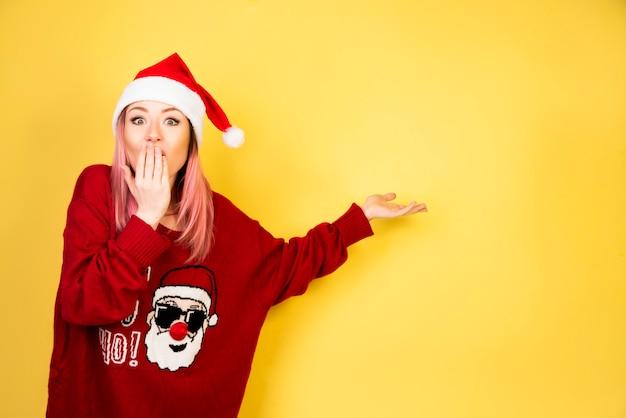 Menina secreta com roupa de papai noel vermelho