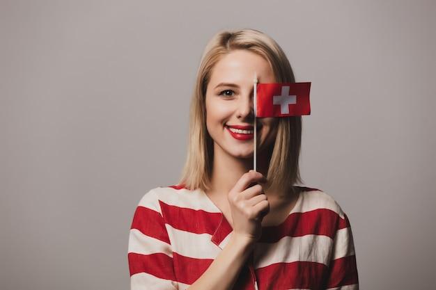 Menina segura a bandeira da suíça