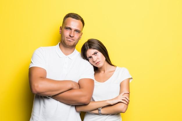 Menina segura a cabeça no ombro do namorado enquanto olha para a câmera um pouco chateada, isolada no branco
