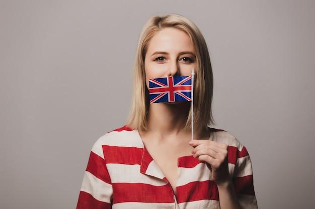 Menina segura bandeira britânica