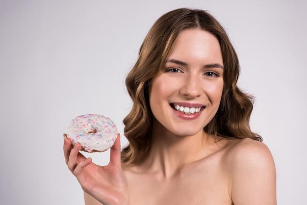 Menina, segura, donut, em, mãos