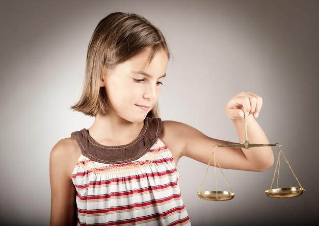 Menina, segurando, balança justiça