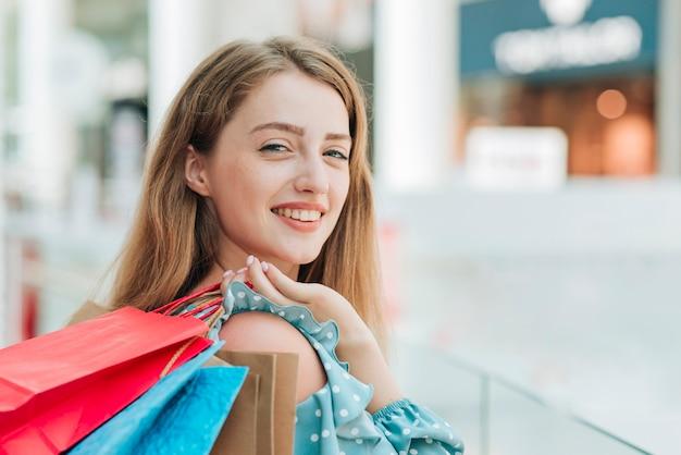 Menina, segurando, bolsas para compras, cima