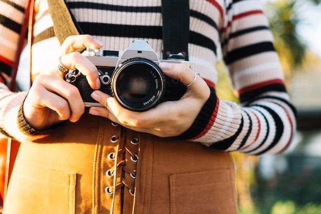 Menina, segurando, câmera