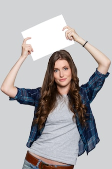 Menina segurando cartaz branco