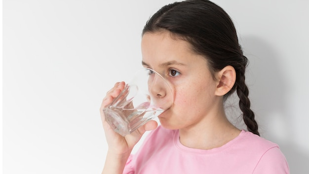 Menina, segurando, copo água