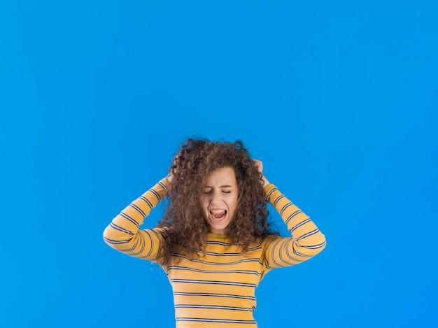 Menina, segurando, dela, cabelo encaracolado, cópia, espaço