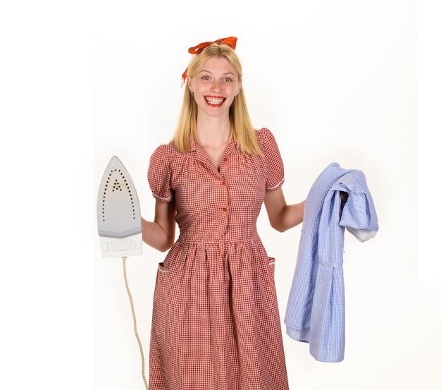Menina segurando o ferro na mão mulher governanta de uniforme com o ferro na mão mulher bonita segurando o vapor