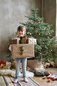 Menina segurando o presente de natal no dia de natal