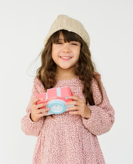 Menina segurando papercraft arts camera studio portrait