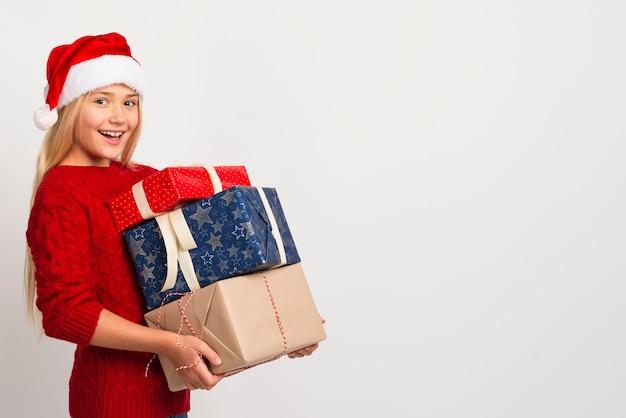 Menina, segurando, pilha presentes