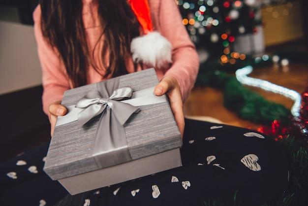 Menina, segurando, presente natal