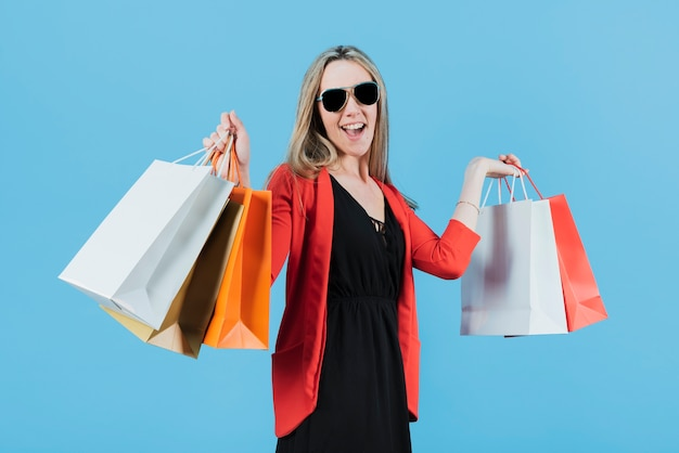 Menina segurando sacolas de compras