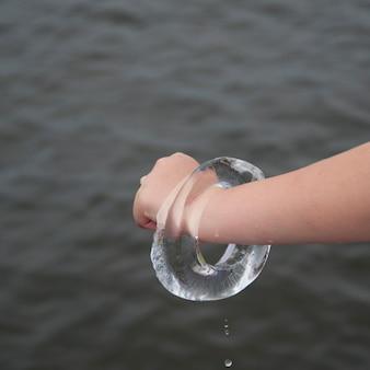 Menina, segurando, um, anel gelo