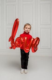 Menina segurando um balão de amor em fundo branco com espaço para texto