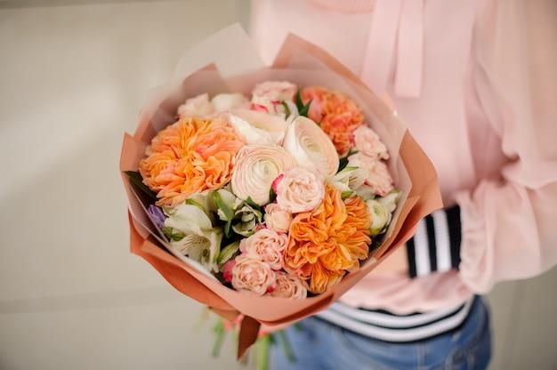 Menina, segurando, um, bonito, buquê, de, champaigne, cor, concurso, flores