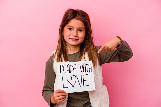 Menina segurando um cartão feito com amor isolado